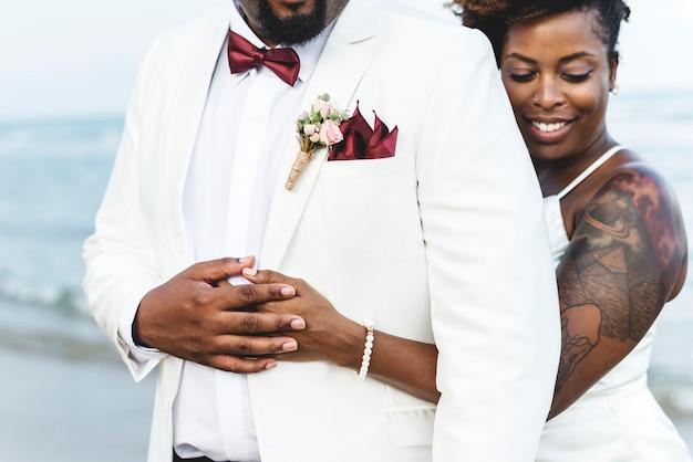 Casal americano africano se casar em uma ilha Foto gratuita