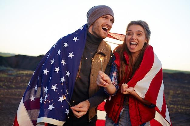 Casal americano alegre na natureza Foto gratuita