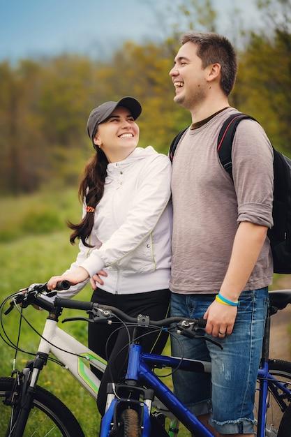 Casal amoroso andar de bicicleta Foto Premium