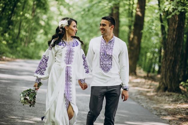 Casal andando pela floresta Foto gratuita