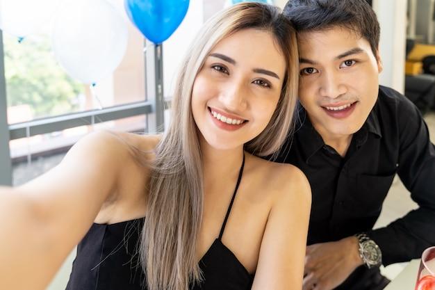 Casal ano novo natal celebração selfie Foto Premium