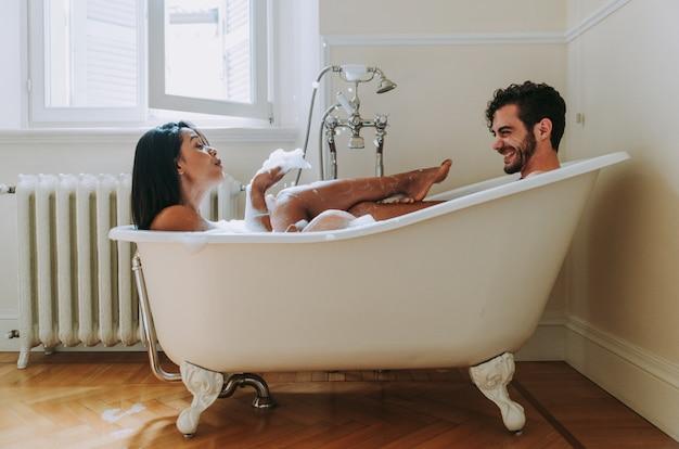 Casal apaixonado a passar tempo juntos em casa. momentos românticos no banheiro Foto Premium