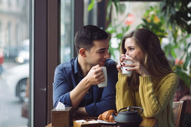 Casal apaixonado, bebendo café na cafeteria Foto gratuita