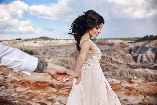 Casal apaixonado, de mãos dadas. Foto Premium