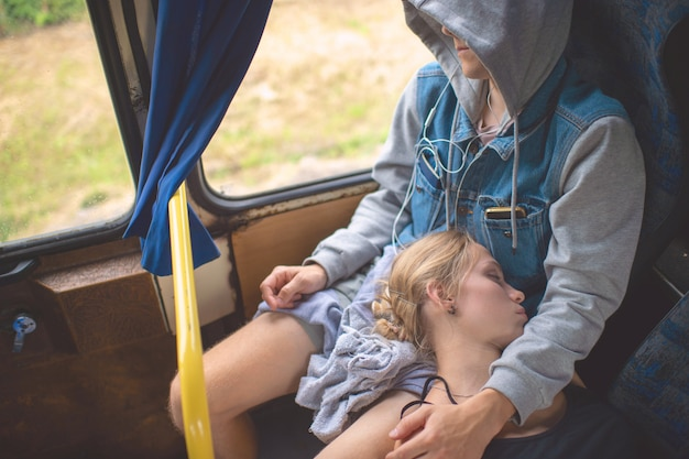 Casal apaixonado, dormindo e abraçando no ônibus Foto Premium