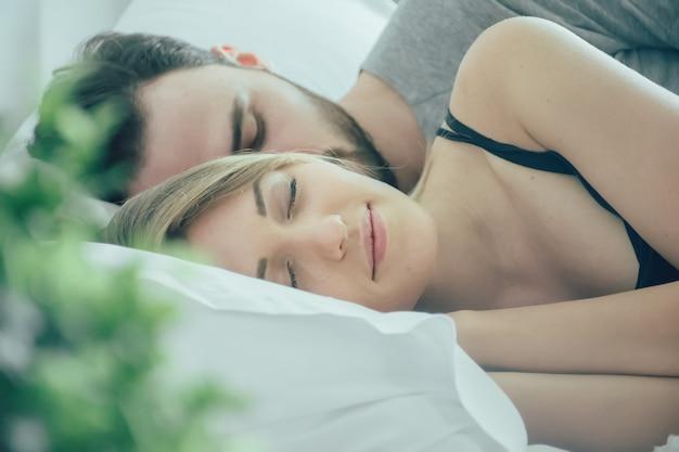 Casal apaixonado dormindo na cama Foto Premium