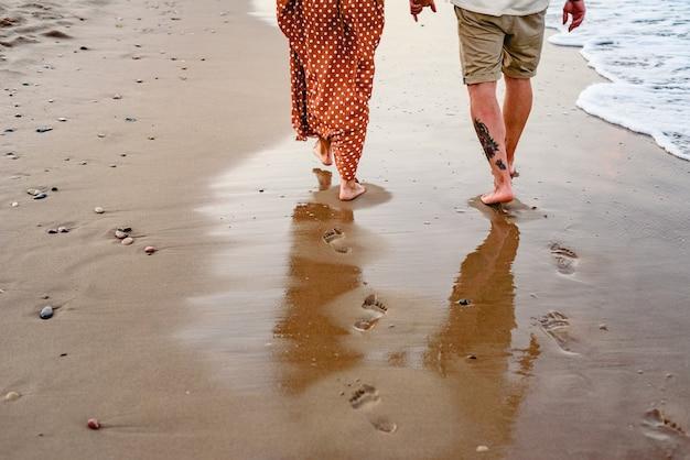 Casal apaixonado, jogando e andando na praia da praia. Foto Premium
