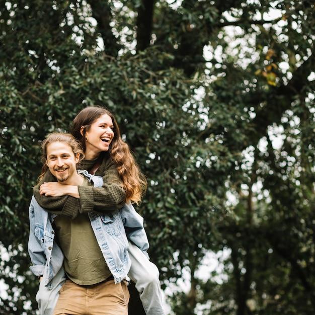 Casal apaixonado juntos na natureza Foto gratuita