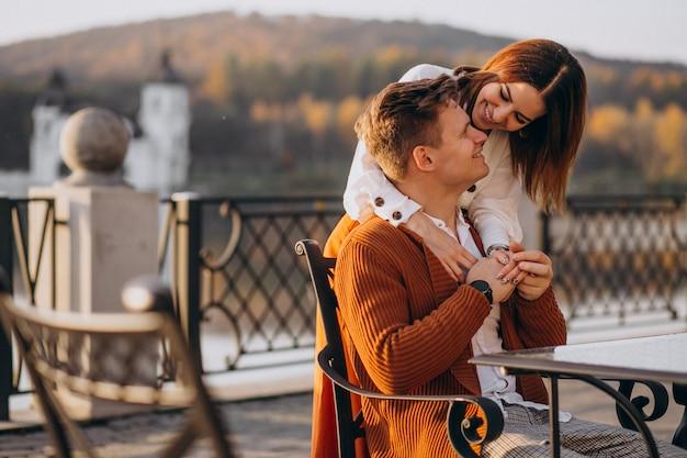 Casal apaixonado pelo lago Foto gratuita