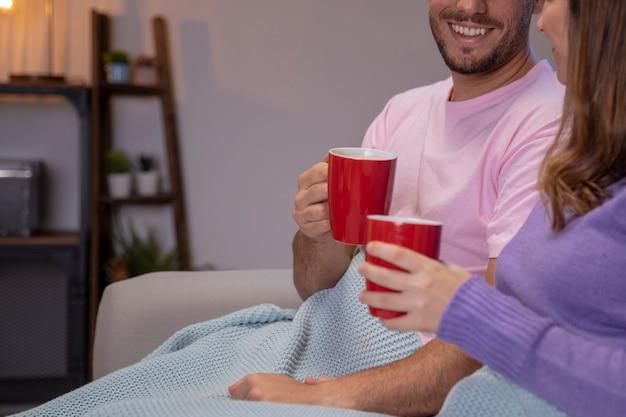 Casal apaixonado, relaxando em casa Foto gratuita