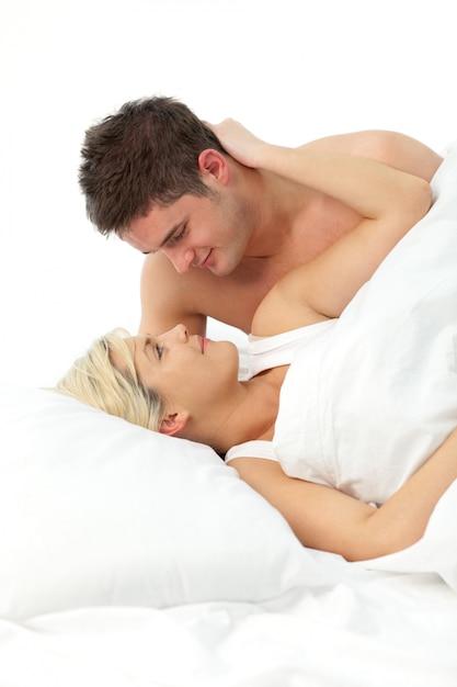 Casal apaixonado relaxante na cama Foto Premium