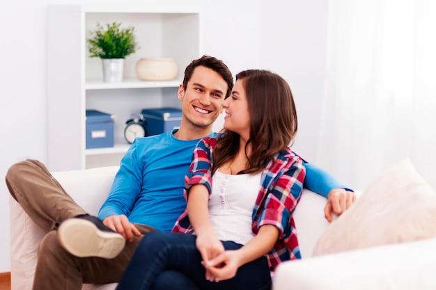 Casal apaixonado sentado na sala de estar Foto gratuita