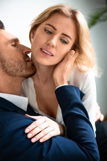 Casal apaixonado tem romance no local de trabalho Foto Premium