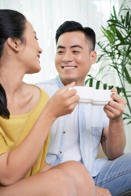 Casal apaixonado tomando café em casa Foto gratuita