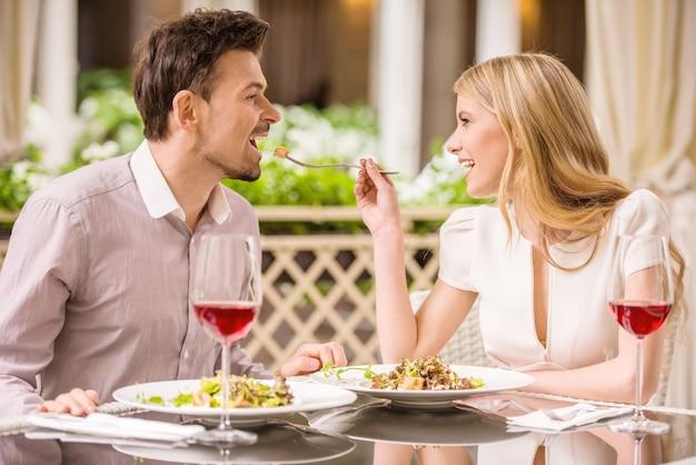 Casal aproveitando a refeição no restaurante e bebendo vinho. Foto Premium
