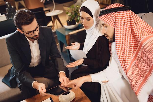 Casal árabe em discussão fazendo teste na recepção Foto Premium
