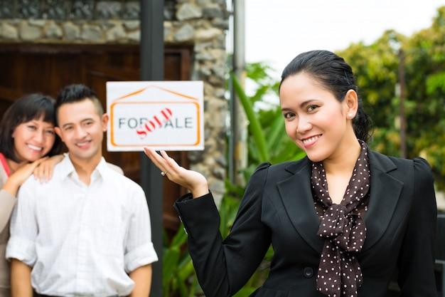 Casal asiático à procura de imóveis Foto Premium