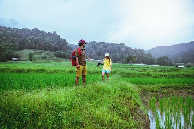 Casal asiático na natureza Foto Premium