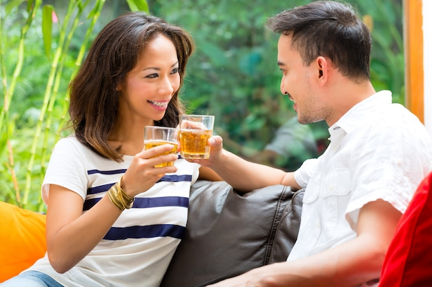 Casal asiático no sofá Foto Premium