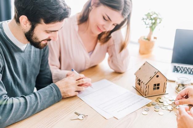 Casal assinando acordo Foto gratuita