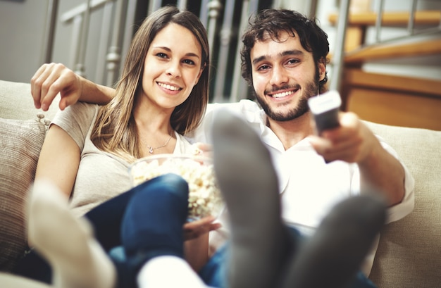 Casal assistindo um filme Foto Premium