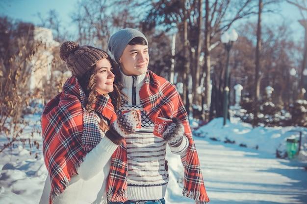 Casal bebe chá quente em winter park Foto Premium