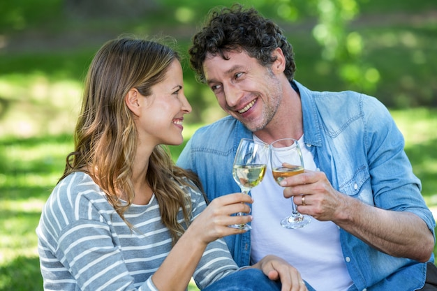 Casal bebendo vinho branco Foto Premium