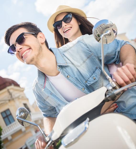 Casal bonito, andar de scooter e se divertindo juntos. Foto Premium