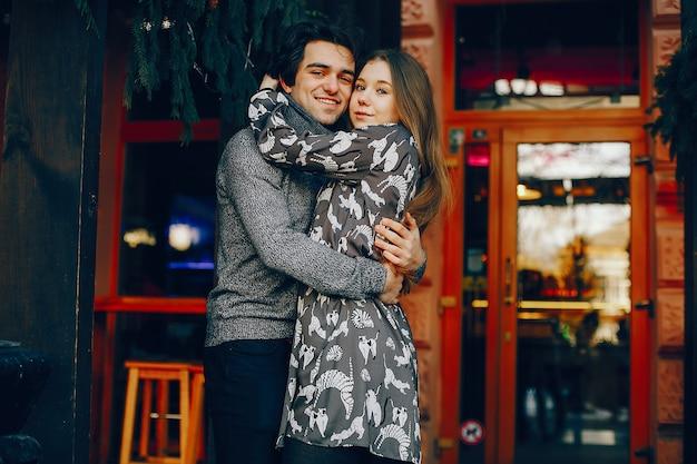 Casal bonito e amoroso em uma cidade de inverno Foto gratuita