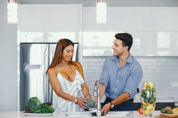 Casal bonito em uma cozinha Foto gratuita