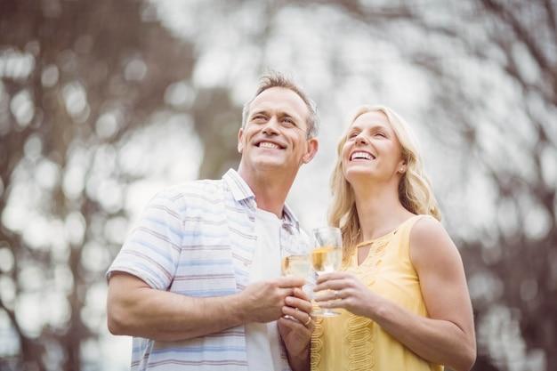 Casal brindando com champanhe fora Foto Premium