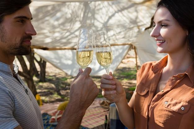 Casal brindando taças de champagne Foto gratuita