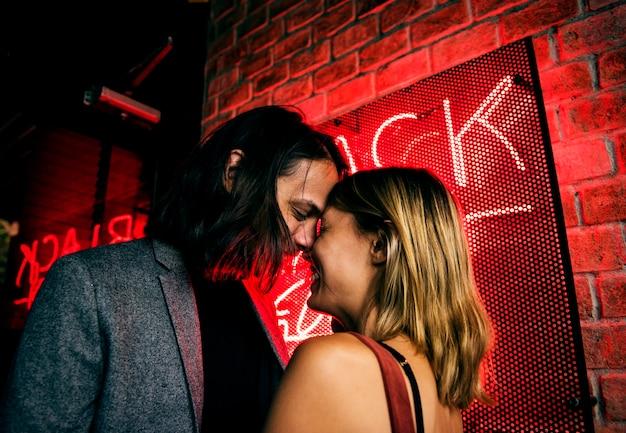 Casal caucasiano em um clube noturno Foto Premium