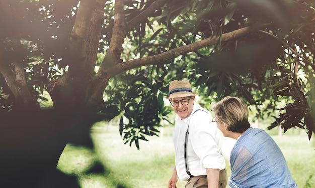Casal caucasiano sênior namoro no parque juntos Foto gratuita