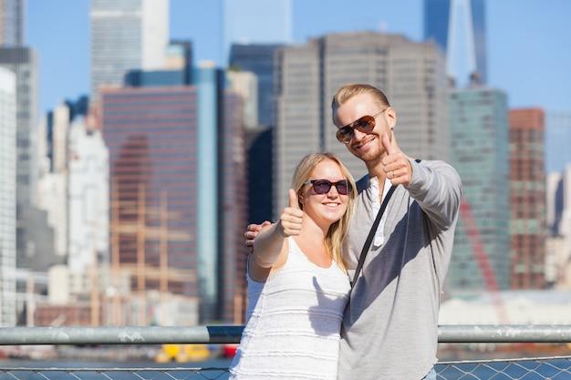 Casal caucasiano, visitando nova york Foto Premium