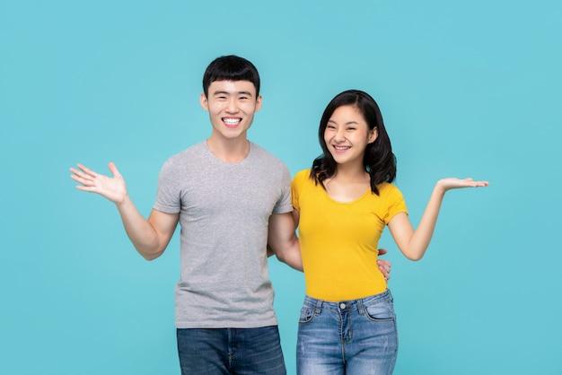 Casal chinês asiático sorrindo com gesto de mãos abertas Foto Premium