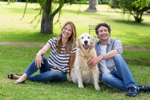 Casal com seu cachorro no parque Foto Premium