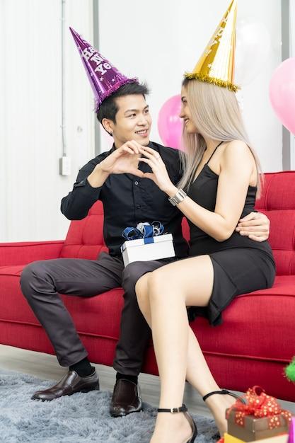 Casal comemora retrato de ano novo Foto Premium