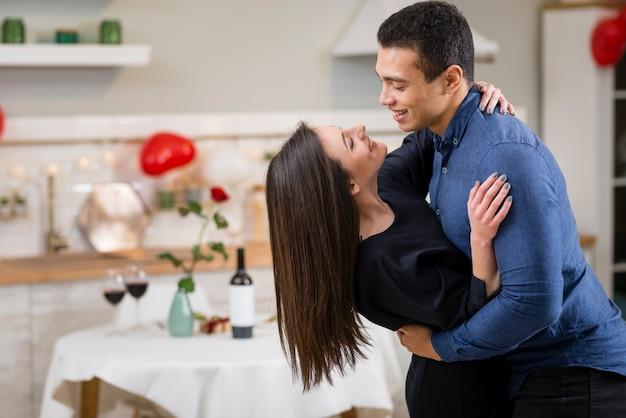 Casal comemorando o dia dos namorados, juntamente com o espaço da cópia Foto gratuita