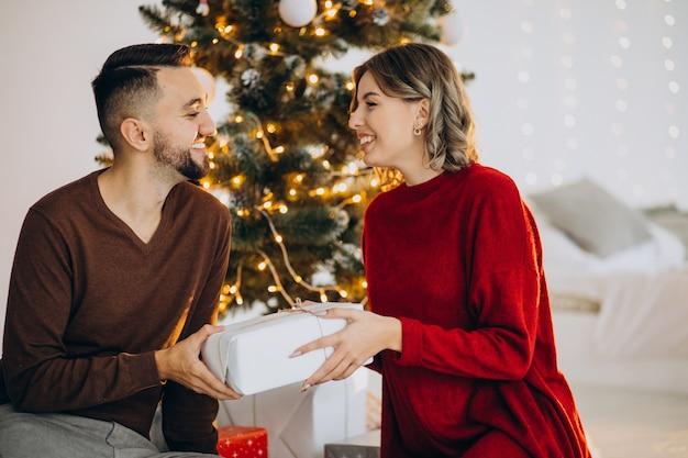 Casal comemorando o natal juntos Foto gratuita