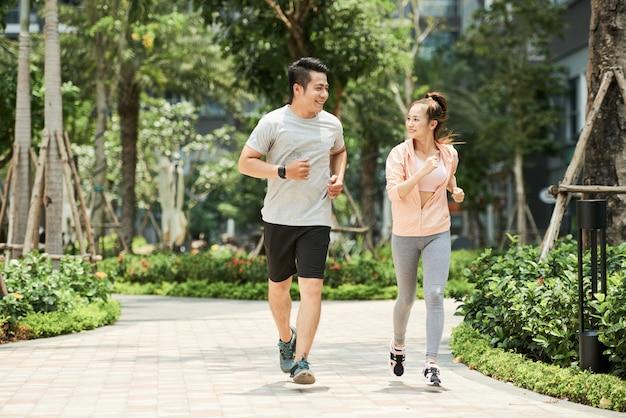 Casal correndo no parque Foto gratuita