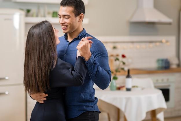 Casal dançando juntos no dia dos namorados com espaço de cópia Foto gratuita