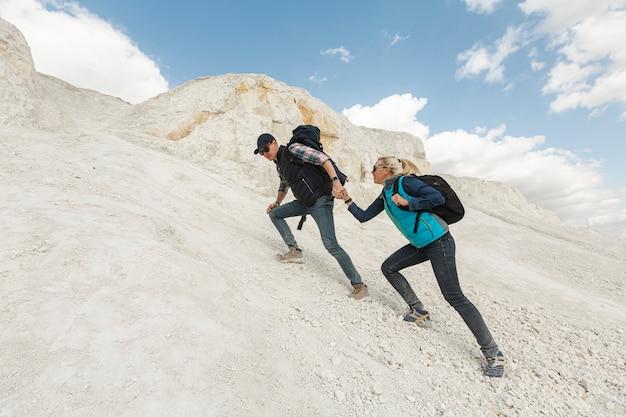 Casal de aventura caminhadas juntos Foto gratuita