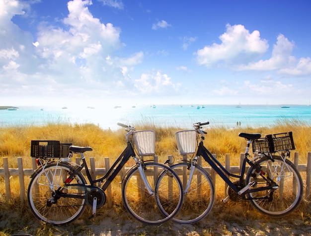Casal de bicicletas estacionadas na praia de formentera Foto Premium