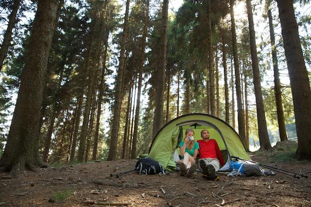 Casal de caminhantes descansar na tenda Foto Premium
