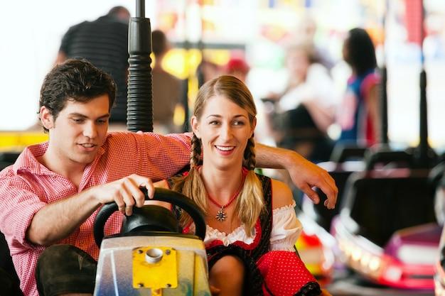 Casal de carnaval, dodgem Foto Premium