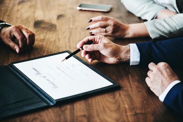 Casal de casamento de separação com certificação de divórcio Foto gratuita