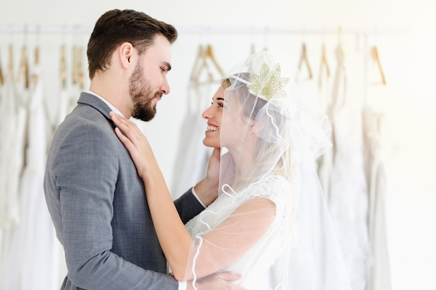 Casal de casamento lindo retrato modelo na loja de estúdio Foto Premium