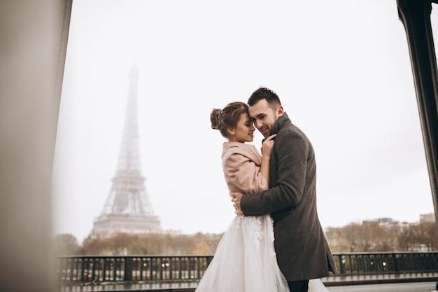 Casal de casamento na França Foto gratuita