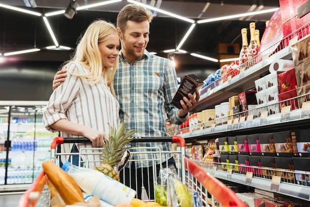 Casal de compras no supermercado Foto gratuita